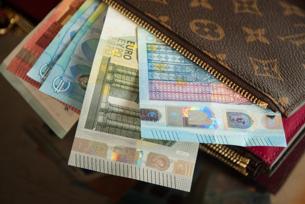 bank-notes-business-cash-close-up-417395